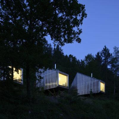 Cabane éclairées dans les nuit au camping du Mettey dans les Vosges