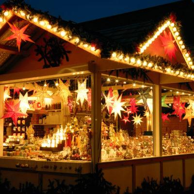 Préparer au mieux les fêtes de fin d'année, profiter d'un verre de vin chaud, humer les parfums de cannelle et d'orange… Pendant la période de l'Avent, nombreuses sont les villes qui organisent des marchés de Noël. Les plus importants marchés de Noël sont ceux de Kaysersberg, Riquewihr, Strasbourg, Mulhouse, Plombières les Bains. Chalets en bois, sapins illuminés, guirlandes scintillantes, vin chaud et parfums d'épices créent une ambiance unique, une magie de Noël qui opère sur tous les marchés de la région.