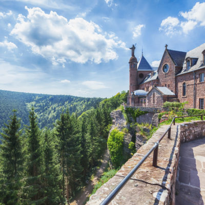 Edifié au XIIe siècle, dressé à près de 800 mètres d'altitude sur un éperon rocheux, le château offre un panorama grandiose sur la plaine d'Alsace, les vallées et les ballons des Vosges, la Forêt-Noire, et par temps clair, les Alpes…
