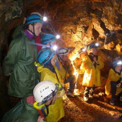 L'exploitation des mines de cuivre du Thillot, par les Ducs de Lorraine, remonte à 1560. La richesse des filons de la Haute Vallée de la Moselle et le savoir-faire des mineurs ont engendré une activité minière qui a atteint son apogée au XVIIème siècle et perduré jusqu'en 1761. Les mines du Thillot furent notamment, à l'échelle européenne, le premier lieu d'utilisation de la Poudre Noire, technique révolutionnaire d'extraction du minerai à l'explosif. Aujourd'hui, les Hautes-Mynes proposent une découverte authentique et ludique de ce patrimoine exceptionnel : un parcours souterrain dans les galeries creusées dans le granite pour s'imaginer mineur au XVII° siècle, un sentier de découverte en pleine montagne pour parcourir les vestiges de l'activité.