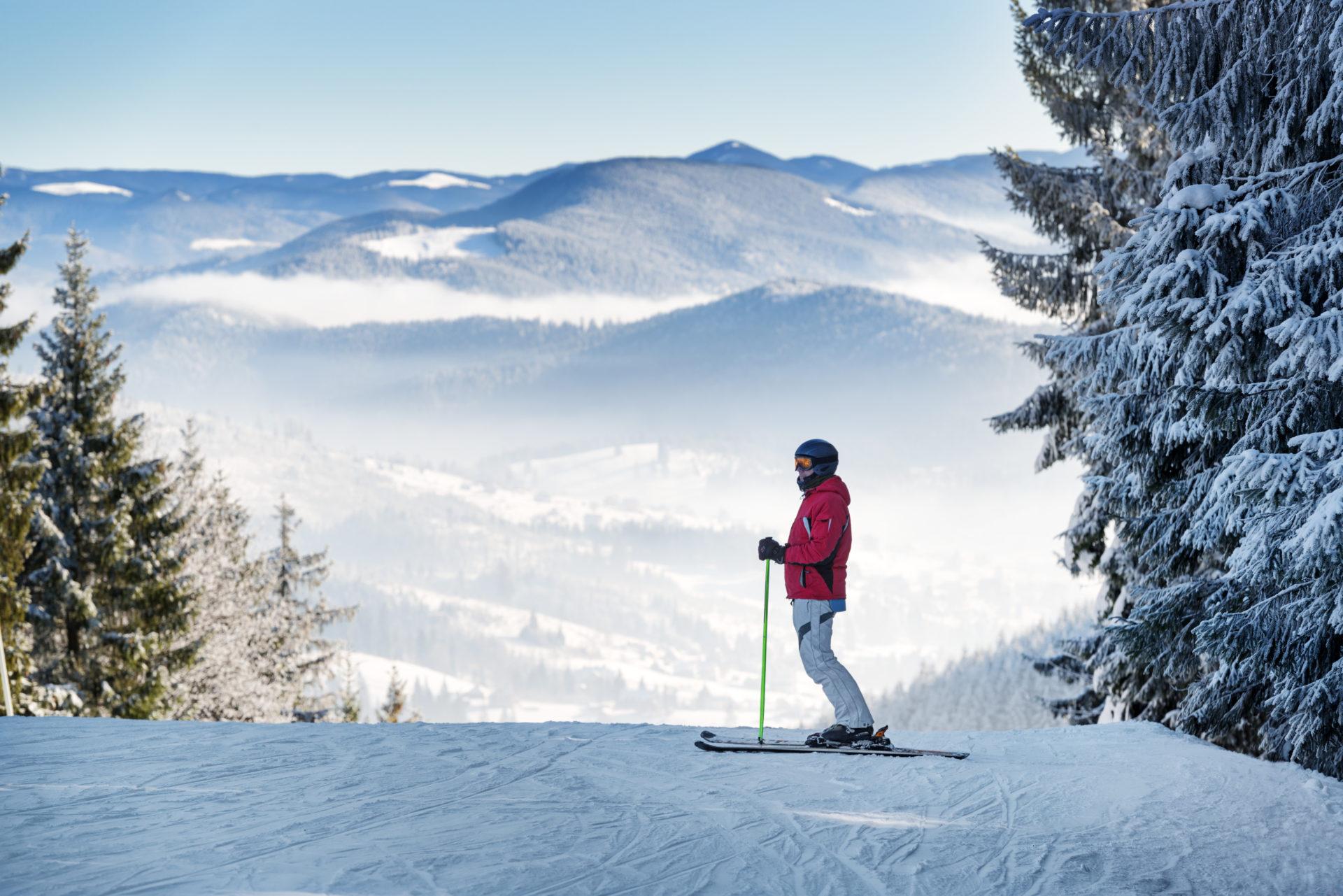 Skieur en haut de la montagne sur le massif des Vosges